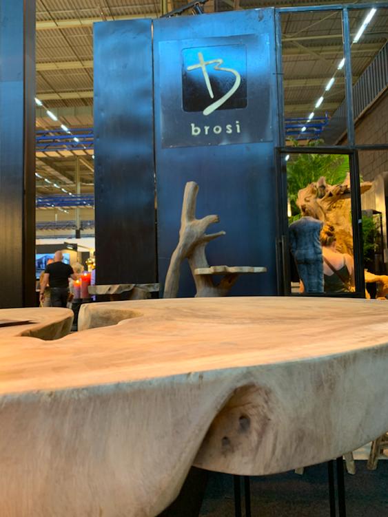 Dikke boomstamtafels van Brosi. Als je goed zocht, waren er ook meubelen te vinden op de beurs.